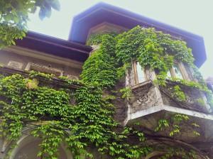 Vedere din București. Casă pe Pache Protopopescu. De vânzare (încă în picioare) - detaliu balcon deasupra troturarului. Foto cu telefonul: Călin Hera