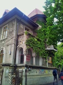 Vedere din București. Casă pe Pache Protopopescu. De vânzare (încă în picioare). Foto cu telefonul: Călin Hera
