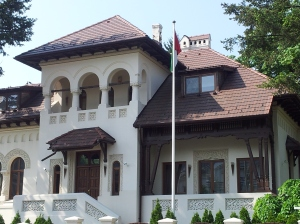 Vedere din București. O casă frumoasă, acum sediu al ambasadei Emiratelor Arabe Unite. Foto cu telefonul: Călin Hera