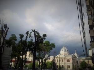 Vedere din București. Cer înfocat deasupra Spitalului Colțea. Foto cu telefonul: Călin Hera