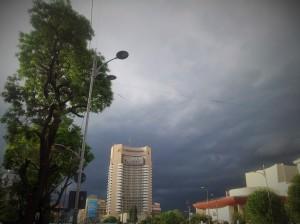 Vedere din București. Cer înfocat deasupra hotelului Intercontinental și a Teatrului Național. Foto cu telefonul: Călin Hera
