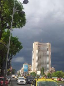Vedere din București. Cer înfocat deasupra hotelului Intercontinental și bd Magheru. Foto cu telefonul: Călin Hera