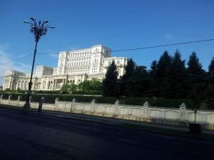 Vedere din Bucureşti. Palatul Parlamentului, dimineaţa târziu. Şi aglomerat.  Foto cu telefonul: Călin Hera