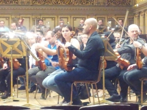 Vedere din București. Vioara a doua, repetiția finală Parsifal, Ateneul Român. Foto cu telefonul: Călin Hera