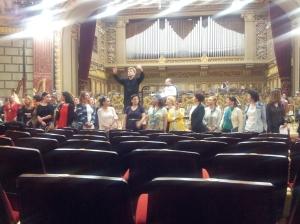 Vedere din București. Christian Badea la pupitru, corul adus între rânduri, pentru aplauze, repetiția finală Parsifal, Ateneul Român. Foto cu telefonul: Călin Hera
