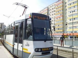 Vedere din București. Tramvaiul 1, de 1 Mai, în stația Obor. Foto cu telefonul: Călin Hera