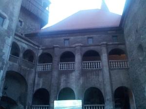 Vedere din Hunedoara. Curtea interioară a Castelului Corvinilor, plină pentru Ida, ultimul film din festival. Foto cu telefonul: Călin Hera