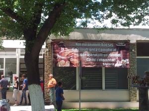 Vedere din Hunedoara. Reacție în versuri la ideea impozitării bacșișului - brutăria de lângă gară. Foto cu telefonul: Călin Hera