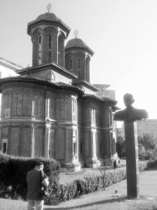 Vedere din București. Bustul lui Corneliu Coposu (autor Mihai Buculei), de lângă Biserica Krețulescu, fotografiat cu puțin timp înainte de apusul soarelui. Foto cu telefonul: Călin Hera