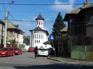 Vedere din Bucureşti. Biserica Sfântul Fanurie, zona Rond Baba Novac. Mai mult deât decentă. Foto cu telefonul: Călin Hera