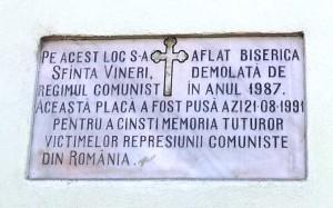 Vedere din București. Placa memorială pe un bloc construit acolo unde se afla Biserica Sfânta Vineri.  Foto cu telefonul: Călin Hera