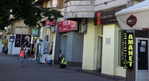 Vedere din București. Trotuar și bloc - cu muncitori odihnindu-se pe locul pe care se afla Biserica Sfânta Vineri.  Foto cu telefonul: Călin Hera