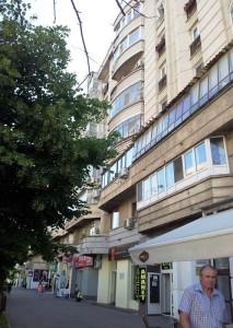 Vedere din București. Trotuar și bloc de locuințe comunist pe locul pe care se afla Biserica Sfânta Vineri.  Foto cu telefonul: Călin Hera