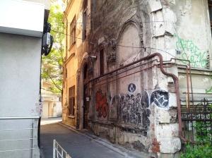 Vedere din Bucureşti. Boltă amptată a unui palat lăsat în părăginire, pe Lascăr Catargiu. Foto cu telefonul: Călin Hera