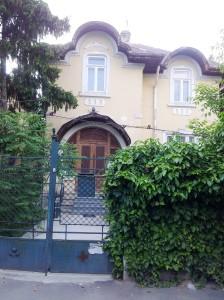 Vedere din Bucureşti. Casa cu uşă rotundă pe strada Paris 23. Foto cu telefonul: Călin Hera