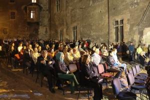 Vedere din Hunedoara. Spectatorii din curtea Castelului Corvinilor, cu ochii pe filmul De ce eu?, adus de Festivalul Filmului European. Sursa: castelulcorvinilor.ro