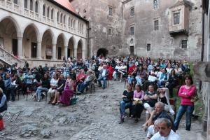 Vedere din Hunedoara. Înainte de filmul De ce eu?, când organizatorii au decis că mai e nevoie de scaune. Sursa: castelulcorvinilor.ro