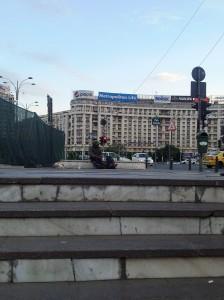 Vedere din Bucureşti. Cerşetor în Piaţa Victoriei. Foto cu telefonul: Călin Hera