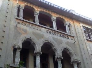Vedere din București. Pe strada Mătăsari 23 se află încă frumoasa clădire a unui simbol cultural românesc: Editura Cugetarea. Foto cu telefonul: Călin Hera