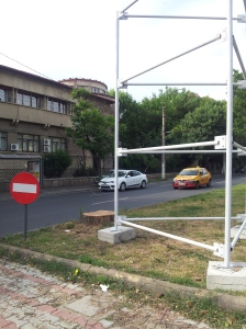 Vedere din București. Fotografie cu copac retezat și panou publicitar în loc, la UEFS. Foto cu telefonul: Călin Hera