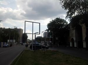 Vedere din București. Panou publicitar instalat în locul copacului proaspăt tăiat din fața UEFS. Foto cu telefonul: Călin Hera