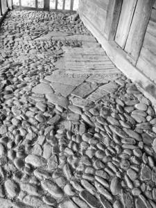 Pridvor cu piatră de râu la Biserica Grămești, Vâlcea. Foto cu telefonul: Călin Hera