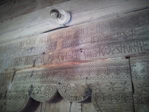 Inscripție deasupra ușii Bisericii Grămești, semnată Popa Stan, despre ctitor și anul construcției. Foto cu telefonul: Călin Hera