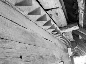 Îmbinare in lemn la Biserica Grămești, Vâlcea. Foto cu telefonul: Călin Hera