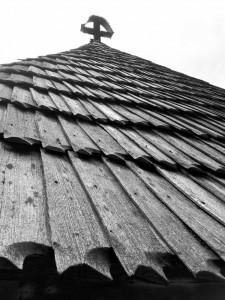 Acoperiș de șindrilă la Biserica Grămești, Vâlcea. Foto cu telefonul: Călin Hera