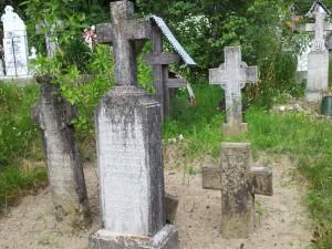 Cimitir vechi lângă Biserica Grămești, Vâlcea. Foto cu telefonul: Călin Hera