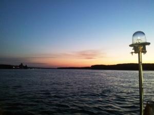 Apus de soare pe Dunăre, fotografiat de pe bac. Foto cu telefonul: Călin Hera