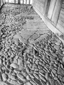 Pridvorul din piatră al bisericii din lemn din Grămești. Foto cu telefonul: Călin Hera