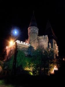 Vedere din Hunedoara. Castelul Corvinilor văzut noaptea. Pe vremea când făceam popas la poalele lui, la mijlocul turelor de jogging, nu era luminat. Dar lună plină am prins. Foto cu telefonul: Călin Hera