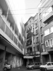 Vedere din București. Blocul nou intră brutal în colțul blocului vechi, la capătul străzii Poiana Narciselor. Foto cu telefonul: Călin Hera