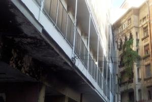 Vedere din București. Bloc comunist rablagit; dar a apucat să facă unghiul nefiresc de la capătul străzii Poiana Narciselor. Foto cu telefonul: Călin Hera