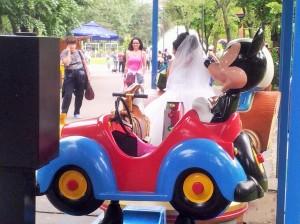 Vedere din București. Mireasa IOR face poze cu Mickey Mouse. Foto cu telefonul: Călin Hera