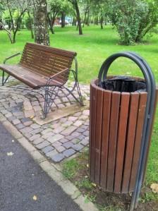 Vedere din București. Mobilier urban în Parcul IOR. Parc. Bancă.  Coș de gunoi. Foto cu telefonul: Călin Hera