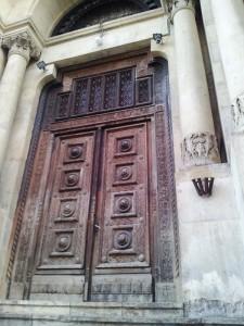 Vedere din București. Poartă la Facultatea de Arhitectură. Foto cu telefonul: Călin Hera