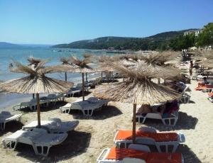 Plajă îngustă la Balcic. Foto cu telefonul: Călin Hera