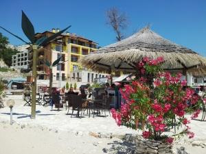 Colț de plajă, cu umbrele și loc de dat cu coktailul la Balcic. Foto cu telefonul: Călin Hera