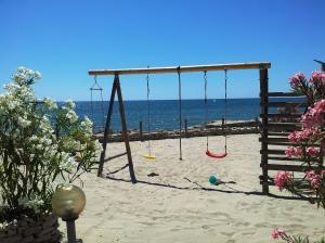 Loc de joacă pe plajă, la Balcic. Foto cu telefonul: Călin Hera