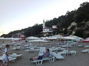 Plajă în Balcic, lângă Castelul Reginei Maria. Foto cu telefonul: Călin Hera