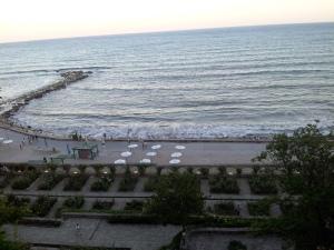 Balcic. Vedere panoramică a plajei de la poalele Castelului Reginei Maria. Foto cu telefonul: Călin Hera
