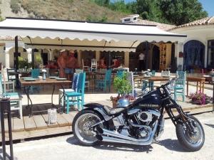 Motocicletă lângă o terasă de pe Faleza Balcic. Foto cu telefonul: Călin Hera