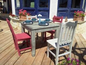 Măsuță pregătită pentru clienți, la o terasă de pe faleza Balcic.  Foto cu telefonul: Călin Hera