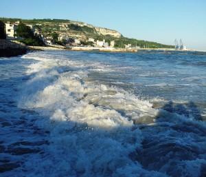 Valuri la Balcic, cu vedere a falezei.  Foto cu telefonul: Călin Hera