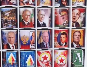 Vedere din Balcic. Altă tarabă cu căni pe care au fost imprimate portretele a tot felul de președinți (Putin, Jivkov, Ceaușescu, Băsescu, Iohannis) și steme. Foto cu telefonul: Călin Hera