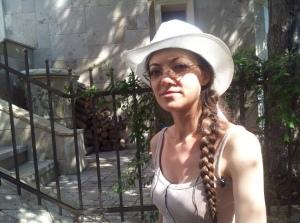 Vedere din București. Eva Radu, cea care a adus o cascadă pe strada Xenofon. Foto cu telefonul: Călin Hera
