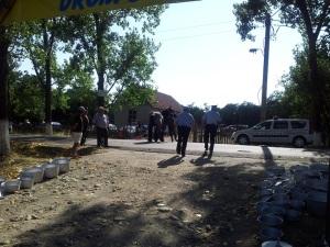 Polițiștii se retrag din Bâlciul Polovragi, în urma calului blonez. Foto cu telefonul: Călin Hera