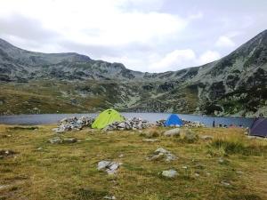 Munții Retezat. Corturi lângă lacul Bucura. Foto cu telefonul: Călin Hera